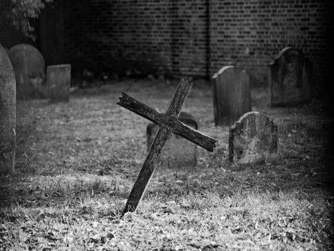 Bitcoin muerte tumba Unsplash